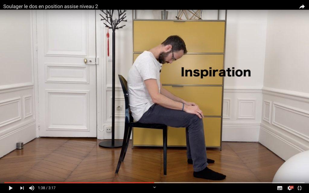 Exercice kiné en position assise à l inspiration