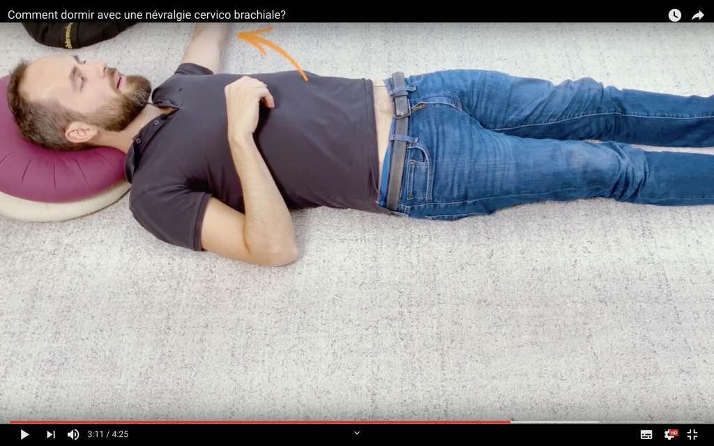 Comment dormir sur le dos avec une NCB droite