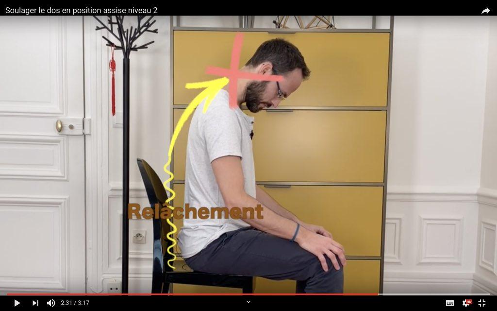 Exercice kiné en posture assise pour détendre le dos